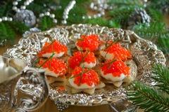 Canape avec le caviar rouge pour la partie, Image stock