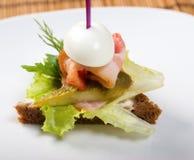 Canape avec le lard et le concombre. Images stock
