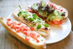 Canape, brood met ham en kaas Royalty-vrije Stock Afbeeldingen