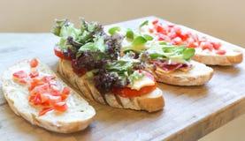 Canape, brood met ham en kaas Stock Foto's