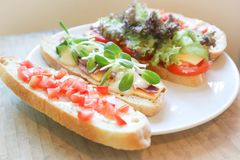 Canape of brood met ham en kaas Stock Afbeeldingen