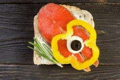 Canape casalinghe deliziose del salmone affumicato con crema, w guarnito Immagini Stock Libere da Diritti