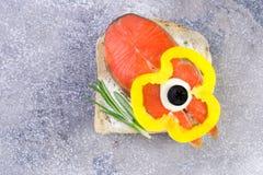 Canape casalinghe deliziose del salmone affumicato con crema, w guarnito Immagini Stock