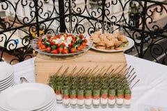 Canape, casse-croûte, salades sur la cérémonie de mariage photos stock