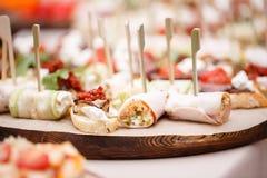 Canape clasificado con queso, carne, los rollos, la panadería y las verduras Foco selectivo Fotografía de archivo libre de regalías