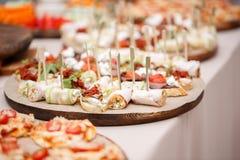 Canape clasificado con queso, carne, los rollos, la panadería y las verduras Foco selectivo Imagen de archivo