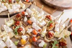 Canape clasificado con queso, carne, los rollos, la panadería y las verduras Foco selectivo Foto de archivo libre de regalías
