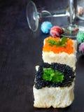 Canape com o caviar vermelho e preto imagem de stock