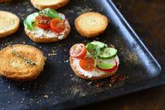 Canape com queijo e vegetais Fotografia de Stock Royalty Free