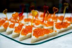 Canape con el caviar rojo para el partido Foto de archivo