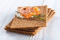 Canape con il salmone affumicato ed i cracker Fotografia Stock