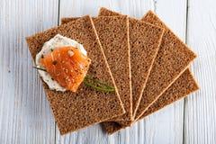 Canape con il salmone affumicato ed i cracker Immagini Stock