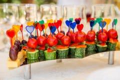 Canape con los tomates y los pepinos para el partido Fotos de archivo
