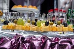 Canape con queso, la uva, la aceituna y las nueces Imagen de archivo libre de regalías