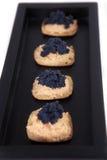 Canape de caviar et de saumons dans le plateau Photo stock