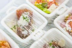 Canape; Dekoration und Nahrungsmittel, die mit Plastik eingewickelt werden Stockfoto