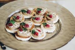 Canape delicioso con goma en la placa en la tabla en el recepti de la boda Fotografía de archivo libre de regalías