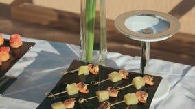 Canape der Garnele und der Ananas auf Aufsteckspindel an der Verpflegung stock video footage