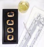 Canape do caviar, do vinho e dos salmões para o negócio fechado Imagens de Stock Royalty Free