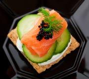 Canape do caviar e dos salmões fotografia de stock royalty free