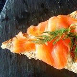 Canape do triângulo do salmão fumado Fotos de Stock Royalty Free