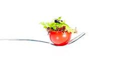 Canape fresco del tomate y de la ensalada en una fork Fotografía de archivo libre de regalías