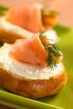 Canape fumado del queso de color salmón y poner crema Fotos de archivo libres de regalías