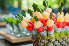 Canape med frukter på brölloppartiet Arkivfoton