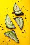 Canape med skivor av avokado-, ost- och sesamfrö Begreppet av restaurangen, sund mat Mellanmål av canape med avokadot royaltyfria foton