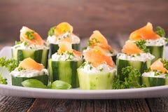 Canape met komkommer, kaas en zalm Royalty-vrije Stock Afbeelding