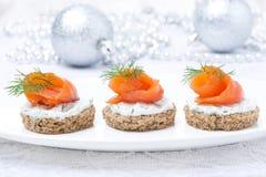 Canape met roggebrood, roomkaas, zalm voor Kerstmis Royalty-vrije Stock Afbeelding
