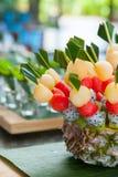 Canape met vruchten op de huwelijkspartij Royalty-vrije Stock Foto's