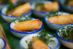 Canape mit Fried Spring-Rollen Stockfoto