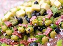 Canape mit Käse, Salami, Olive Stockbild