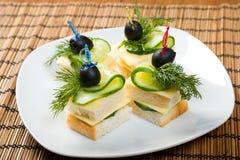 Canape mit Käse und Gurke. Lizenzfreie Stockfotografie