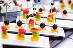 Canape mit Käse und Oliven lizenzfreie stockfotografie