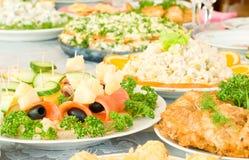 Canape mit Käse und Pflaume. Bankett Lizenzfreie Stockbilder