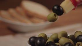 Canape mit Käse und schwarzen Oliven stock video
