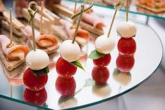 Canape mit Mozzarella, Tomaten, Schinken und tostes Lizenzfreie Stockfotografie