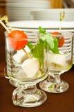 Canape mit Mozzarella und Tomate Lizenzfreie Stockfotografie