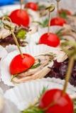 Canape mit Schweinefleisch und Tomate Lizenzfreie Stockbilder
