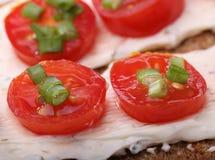 Canape pequeno com tomate e cebola Imagens de Stock Royalty Free