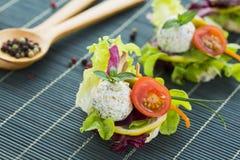 Canape sano del arroz con queso y Cherry Tomato de la proteína Imagen de archivo libre de regalías