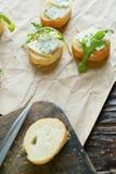 Canape tres con la opinión superior del queso verde Fotografía de archivo