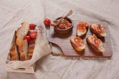 Canape und frisches Brot. Lizenzfreies Stockfoto