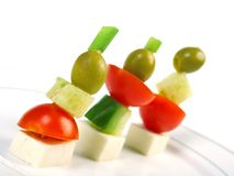 Canapemehrlagenplatte mit Käse, Gurke, Tomate, Oliven Lizenzfreie Stockfotos