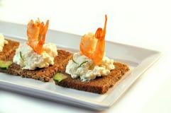 Canapes żyta chleb z ricotta serem i ogonami garnele obraz stock