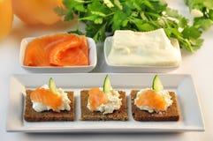 Canapes żyta chleb z ricotta serem i uwędzonym łososiem Obraz Stock