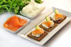 Canapes żyta chleb z ricotta serem i uwędzonym łososiem Obrazy Stock