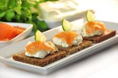 Canapes żyta chleb z ricotta serem i uwędzonym łososiem Obrazy Royalty Free
